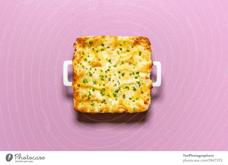 Lasagne-Auflauf frisch aus dem Ofen. Gemüselasagne mit Käse, Ansicht von oben Italienisch obere Ansicht gebacken Kohlenhydrate Auflaufform Komfortnahrung Küche