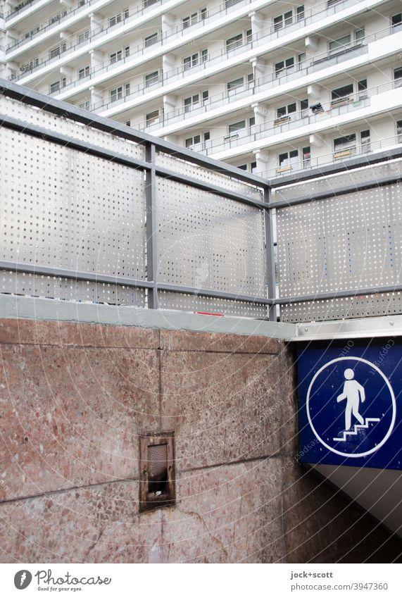 Unterführung für Fußgänger mitten unter Berlin DDR Treppe Fassade Hinweisschild Piktogramm authentisch retro Ordnung Stadtzentrum Stil Grafik u. Illustration