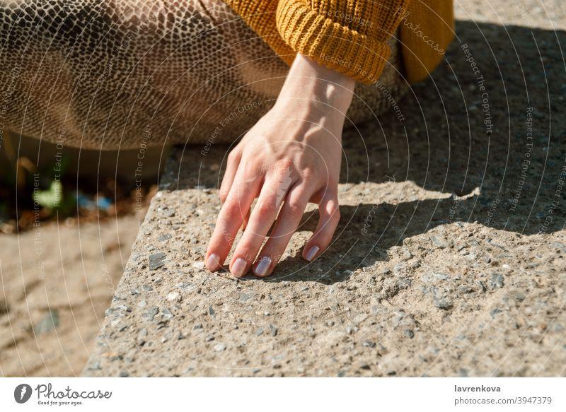 Nahaufnahme einer weiblichen Hand, die eine Steintreppe im Freien berührt Lifestyle Mädchen Nägel Zubehör Detailaufnahme Steine Arme Finger Frau Frühling Saison