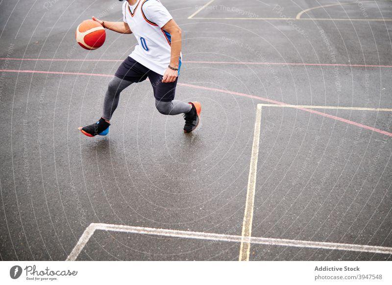 Ausgeschnittenes Bild eines Mannes, der auf einem Platz Basketball spielt. Kopierbereich. punkten Gewinner dribbeln erfolgreich sein Jugend Gericht Uniform