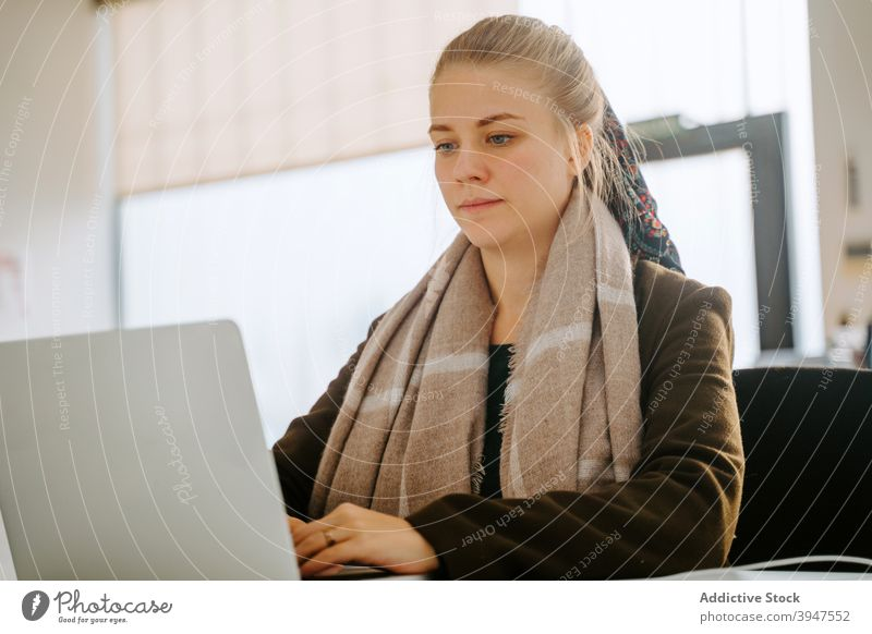 Blond Business Frau arbeitet in einem Büro Computer Laptop professionell Menschen Geschäftsfrau schön Person Manager Arbeit attraktiv Beruf jung Sitzen