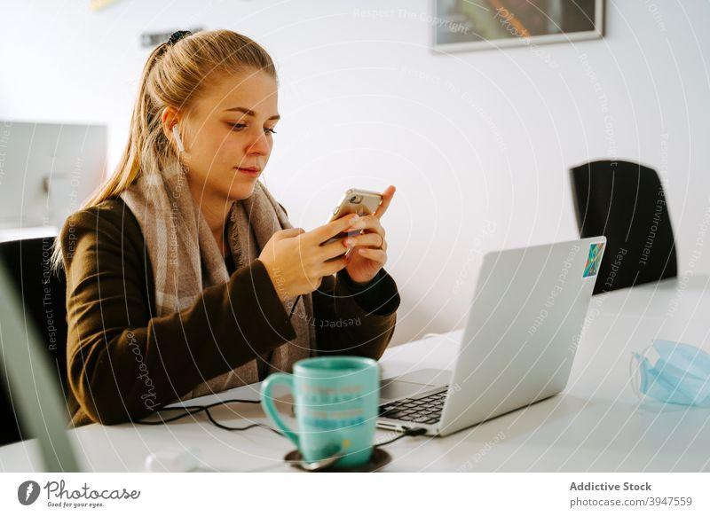 Blond Business Frau arbeitet in einem Büro Computer Telefon Funktelefon Browsen Laptop professionell Menschen Geschäftsfrau schön Person Manager Arbeit
