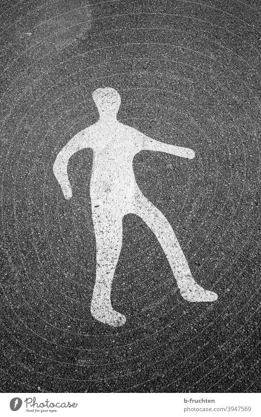 Figur auf Asphalt gemalt, Fahrbahnmarkierung, Person Zeichen Verkehrszeichen Mann weiß Straße Bodenbelag Wege & Pfade gehen Gender Mensch Hinweis hinweisen