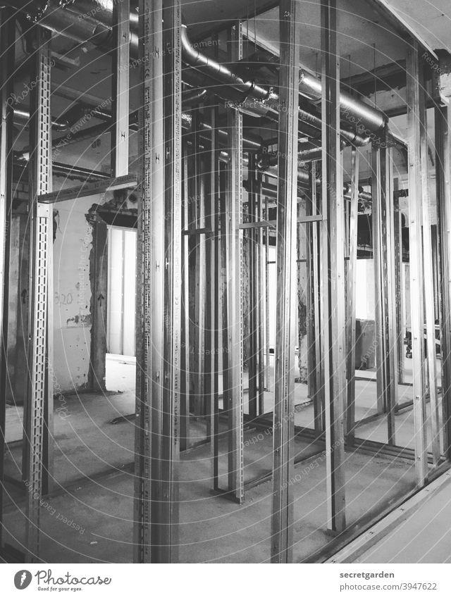 Den Ständer vor lauter Ständern nicht sehen. Baustelle Menschenleer Innenaufnahme Konstruktion Planung Architektur Umbauen umbauarbeiten Wand Staub