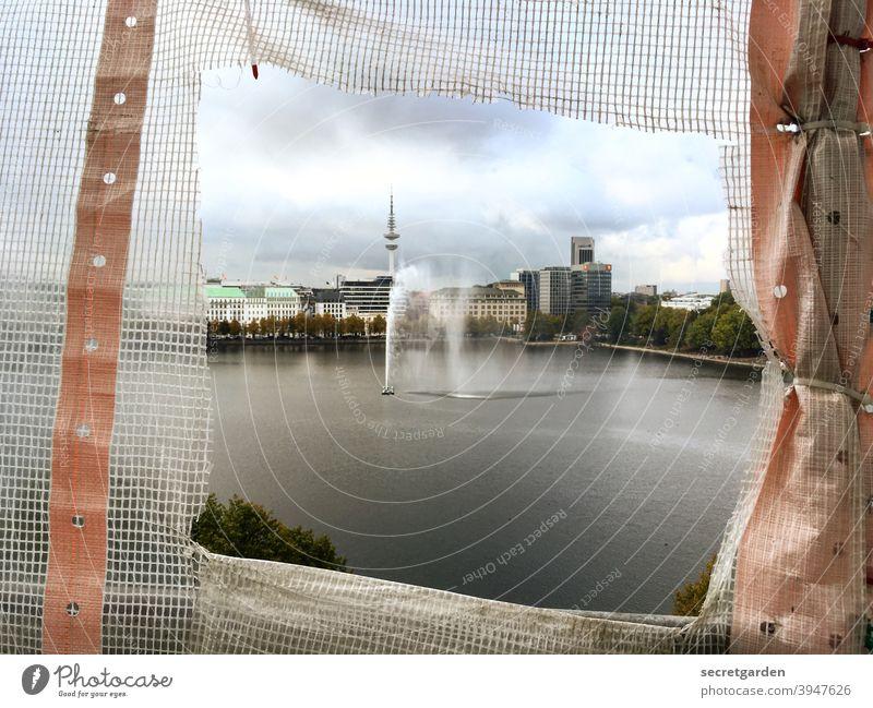 aus dem Rahmen fallen. Hamburg Aussicht fontäne Alster See Stadt Skyline Fernsehturm Wolken Baustelle Guckfenster Panorama (Aussicht) Farbfoto Außenaufnahme