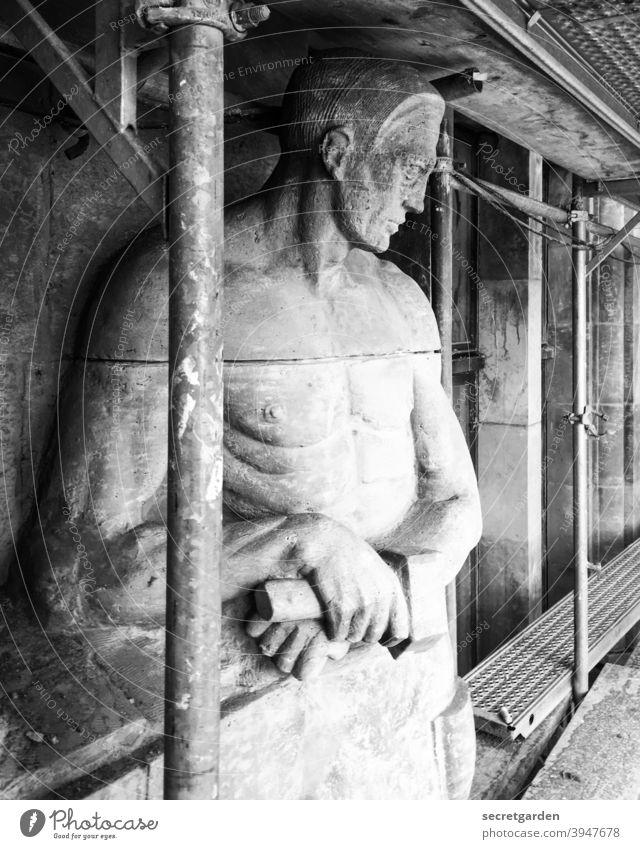 Ich zeig dir mal, wo der Hammer hängt. figur Denkmal Denkmalschutz denkmalspflege denkmalgeschützt Schwarzweißfoto historisch Historische Bauten Gerüst