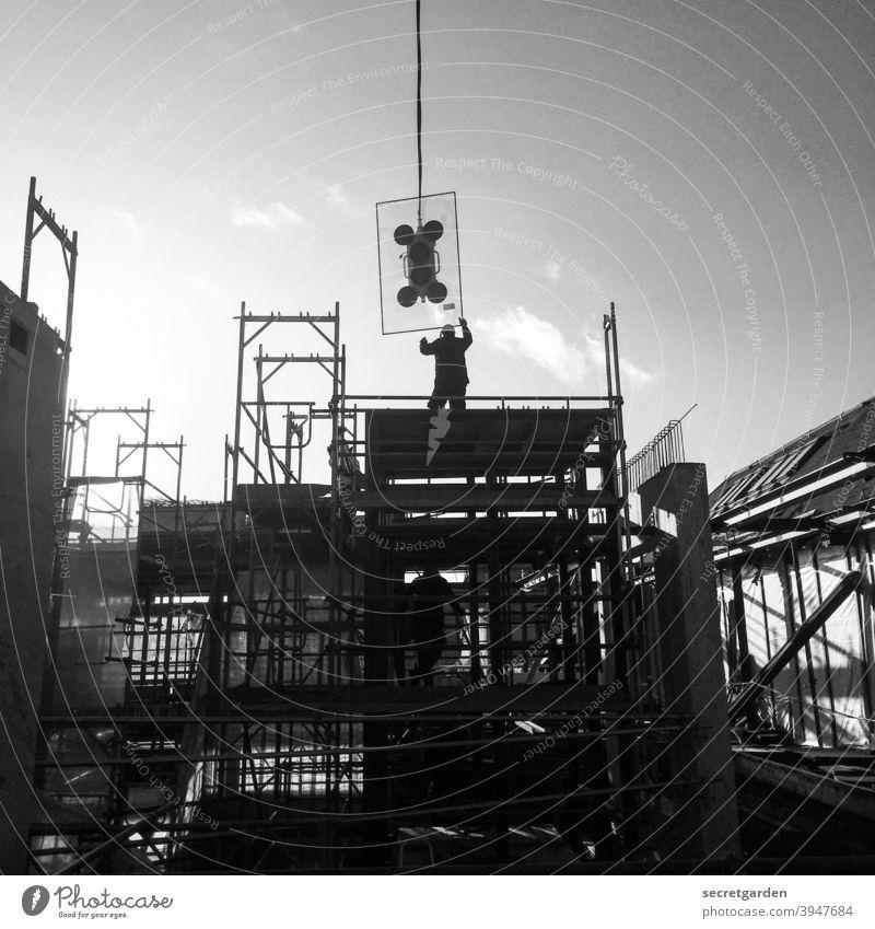 Präzisionsarbeit. Baustelle Arbeit & Erwerbstätigkeit Arbeitsplatz arbeiten Arbeitsgeräte Kran Bauteil Glasscheibe Glasfassade Technik & Technologie Beruf