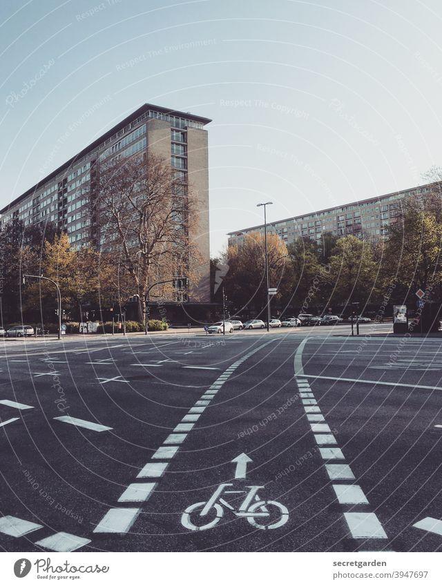 Es geht geradeaus in eine leichte Kurve. Hamburg Grindel Stadtteil Fahrradweg Fahrradfahren Mobilität Mobilitätswende Straße Straßenverkehr Verkehr Verkehrswege