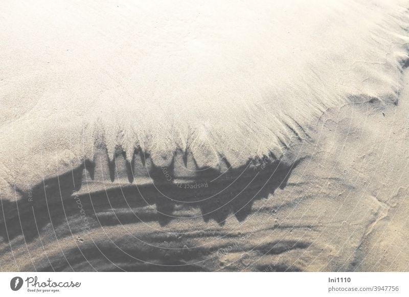 vom Wind geschaffene Sandgebilde am Strand Nordsee Zacken Zähne Kante Schatten wehen Gebilde Natur natürliche Schönheit vergänglich Querrillen