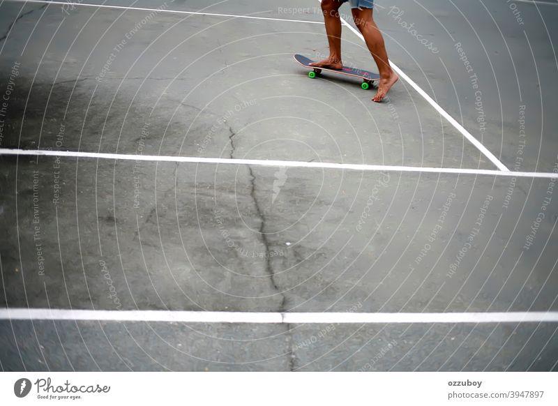 Schlittschuhläuferin spielt ohne Schuhe Sport Holzplatte Skateboard Skateboarderin Skateboarding Skater Freizeit Lifestyle urban Jugend aktiv cool extrem Spaß