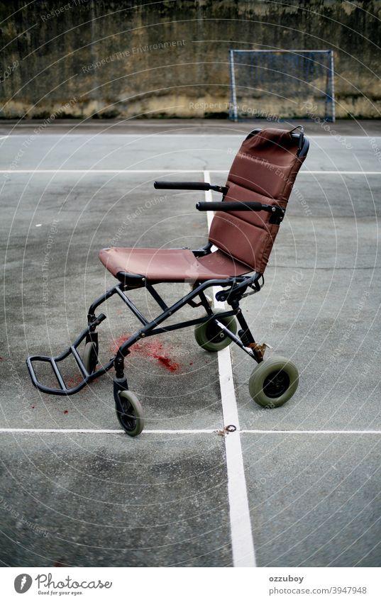 leerer Rollstuhl im Tennisplatz Sport Behinderung deaktiviert Handicap horizontal Mobilität Gesundheit medizinisch Pflege Stuhl Transport Rad Gerät Objekt