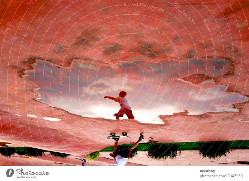 Reflexion von jungen Jungen spielen Skateboard Sport Lifestyle Skateboarding Skater Person aktiv Spaß Schlittschuh Schlittschuhlaufen Skateboarderin urban