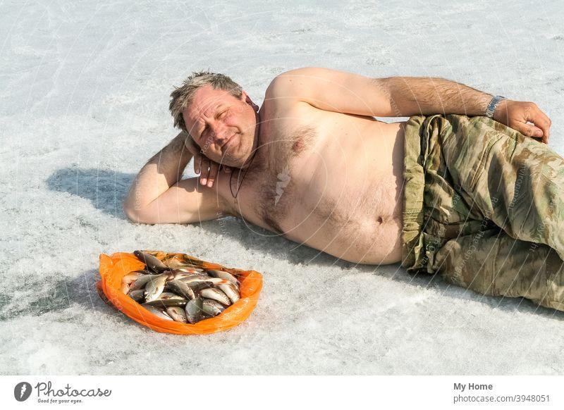 Mann mit Fisch auf Eis. Großer See, Sibirien Hintergrund schön groß blau fangen Fischer Fischen Glück Hobby glücklich Natur im Freien Person Porträt Beute Ufer