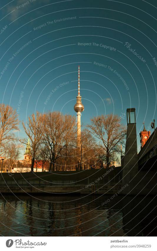 Marienkirche, Fernsehturm, Rathausbrücke und Rotes Rathaus in Berlin alex alexanderplatz architektur berlin berliner schloss büro city deutschland fernsehturm