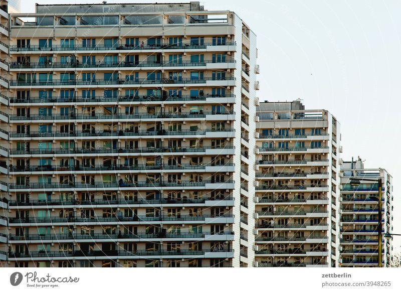 Wohnblocks in Berlin-Mitte, Leipziger Straße architektur berlin büro city deutschland hauptstadt haus himmel hochhaus innenstadt mitte modern neubau ostberlin