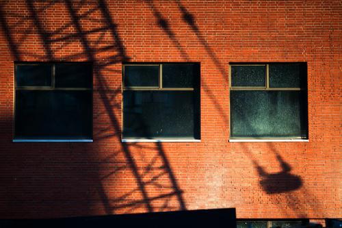 Schatten vom Baukran auf einer Fassade architektur berlin büro city deutschland haus innenstadt mitte modern neubau verwaltung winter baustelle baugewerbe