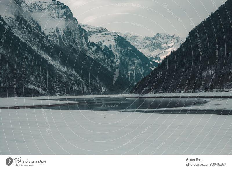Bergsee im Winter von Bergen umrandet. Klöntalersee Berge u. Gebirge Landschaft See Farbfoto Außenaufnahme wandern Wasser