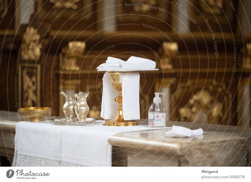 Gottesdienst mit Corona Eucharistie katholisch Kirche Messfeier Liturgie Kelch Hostien Desinfektion Schutz Religion & Glaube Gebet Christentum Katholizismus