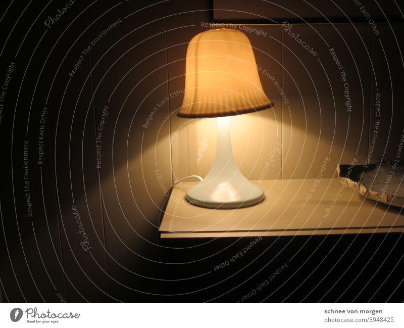 lichtkegel schlafzimmer lampe Bett Innenaufnahme Raum Schlafzimmer Innenarchitektur Möbel Lampe Menschenleer Tag Nachttisch Dekoration & Verzierung ästhetisch