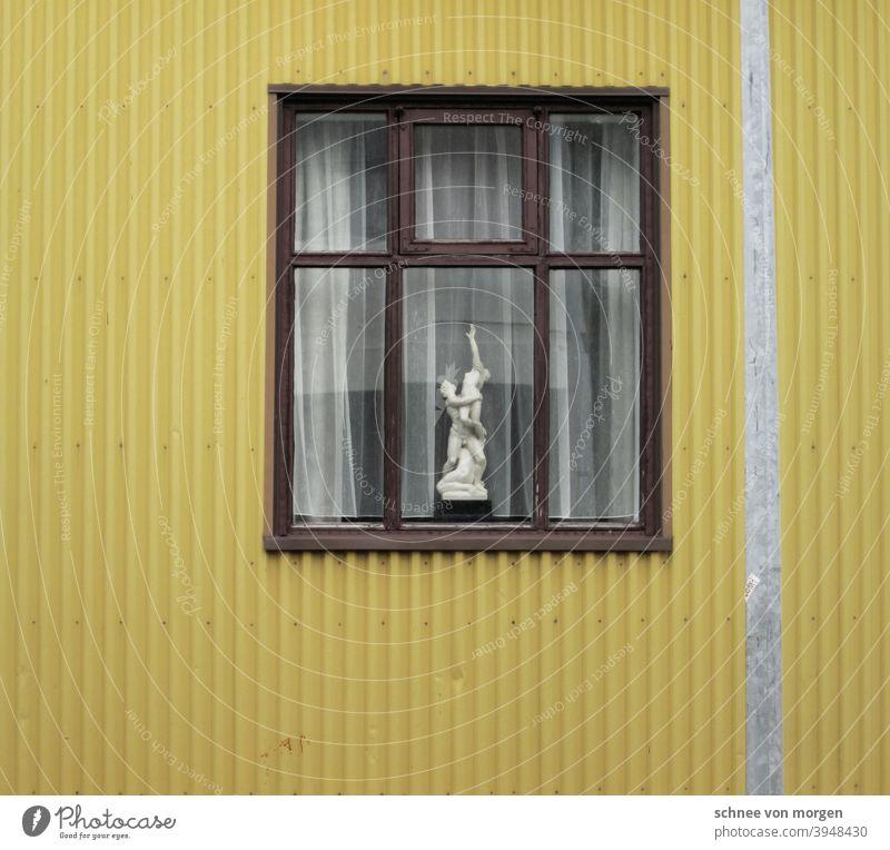 gelb macht süchtig haus island fenster wellblech aussicht gardine laterne strasse stadt wohnung wohnen Farbfoto Menschenleer Straße Wand Außenaufnahme