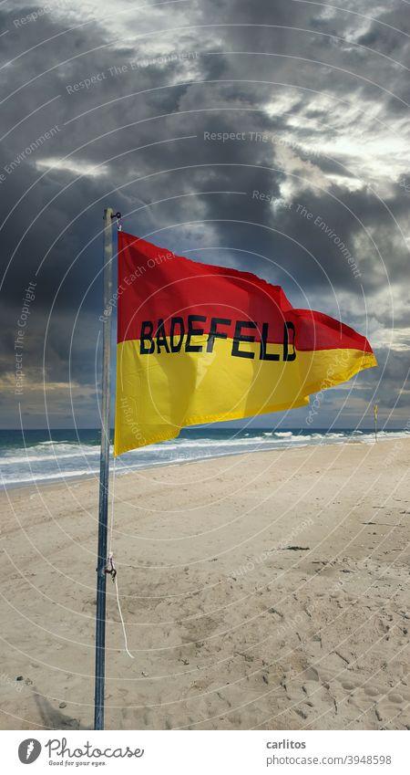 Herr v. Bödefeld aus Bielefeld sucht das | BADEFELD Sylt Weststrand Westerland Stramd Badefeld Flagge Dreieck geteilt rot gelb Schrift BadefeldWarnung Hinweis