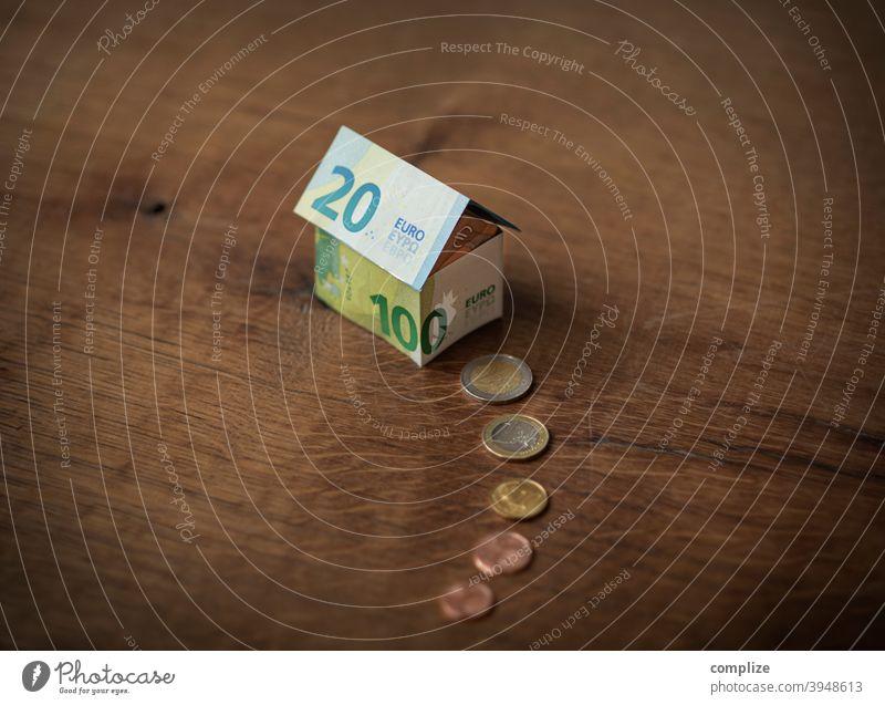 Ein Haus aus Euro-Geldscheinen und Münzen eigentum wohnen Immobilie Stadt reich Reichtum Papier Banknoten Hausbau hauskauf Wohnung Eigenheimzulage finanzierung