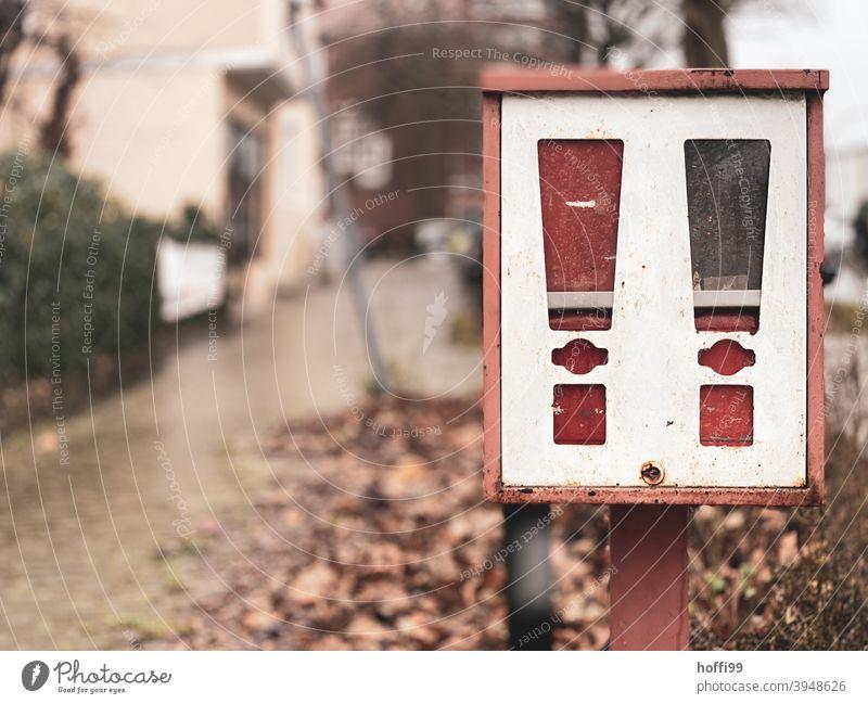 ein alter Kaugummiautomat ohne Kaugummi Automat retro Kindheit Nostalgie Erinnerung ästhetisch Lebensfreude Pause Ordnung Design Enttäuschung Glück kaufen