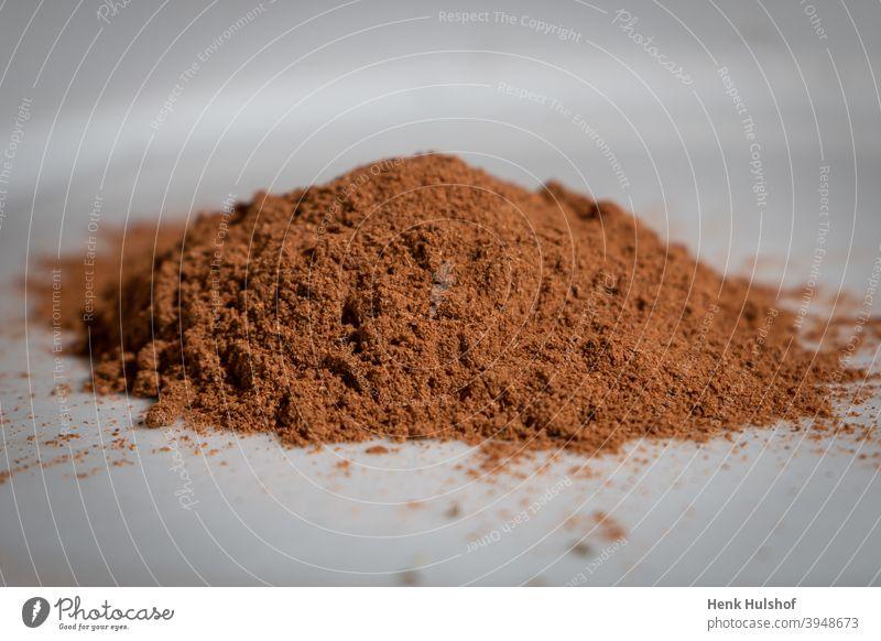 Gemahlene Muskatnuss auf einem Haufen Aroma aromatisch Hintergrund braun Nahaufnahme Küche kulinarisch lecker getrocknet trocknen Geschmack Lebensmittel Boden