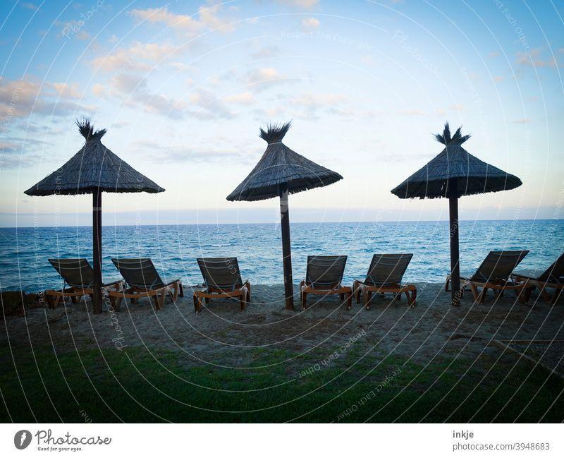 S E H N S U C H T Lockdown Farbfoto Meer Horizont Abendstimmung Sonnenschirme Strand Liegen menschenleer blau schönes Wetter Ferien Freizeit Urlaub Nebensaison