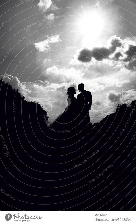 Liebespaar Romantik Zusammensein Glück Ehepaar harmonisch Silhouette Sympathie Gefühle Braut Bräutigam himmlisch Hochzeitspaar Himmel Wolken Kleid Verliebtheit
