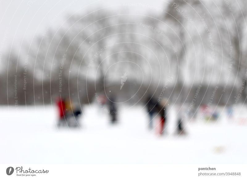 Traumsequenz. Unscharfe Menschen in Gruppen im Schnee. Winter. familien ausflug gruppen winterkleidung undchärfe Schneien stehen weiß kalt Warten wintersport