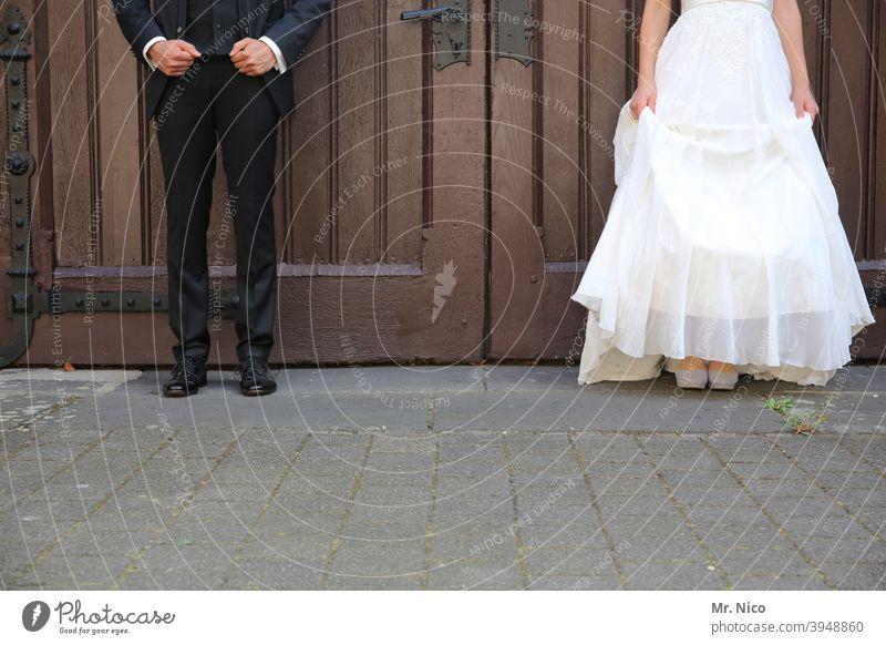 Heiraten mit Abstand Feste & Feiern Paar Anzug Kleid Mann Frau Partner 2 stehen Liebe Braut Bräutigam Hochzeitspaar nebeneinander Brautkleid Zusammensein