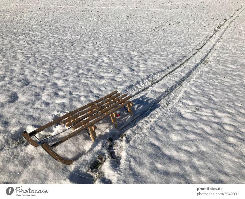 Schlittenfahrt und Spuren im Schnee bei Sonnenschein im Winter 2020: Foto: Alexander Hauk schlitten Allgäu Oberallgäu Holz Holzschlitten Wintersport Wintertag
