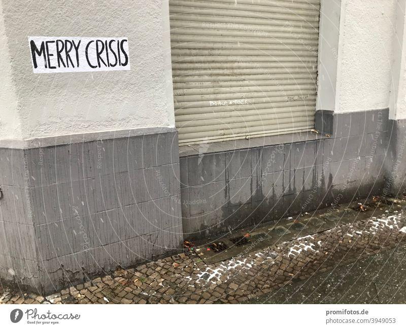 "Schriftzug ""Merry Crisis"" an einer Hauswand. Foto: Alexander Hauk merry crisis krise klimakrise finanzkrise bankenkrise politikkrise finanzen hauswand"