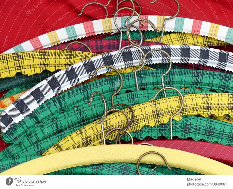 Bunte Kleiderbügel mit Kunststoffüberzug im Stil der Fünfzigerjahre und Sechzigerjahre auf einem Trödelmarkt bei den Golden Oldies in Wettenberg Krofdorf-Gleiberg bei Gießen in Hessen