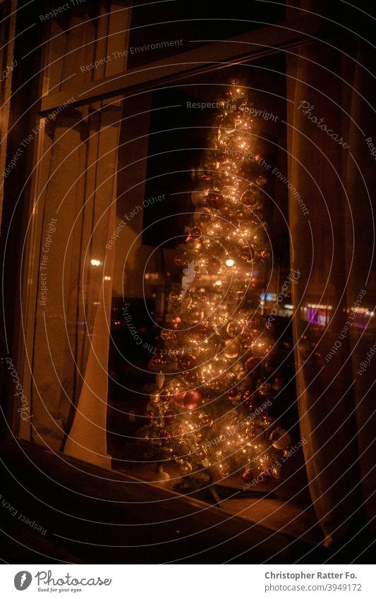 Rote Reflektionen vor einer Tankstelle. Berlin Licht Nacht ungemütlich kalt nass gelb Nachtaufnahme Winter Nachtfotografie Prenzlauer Berg Nachtlicht Nachtleben