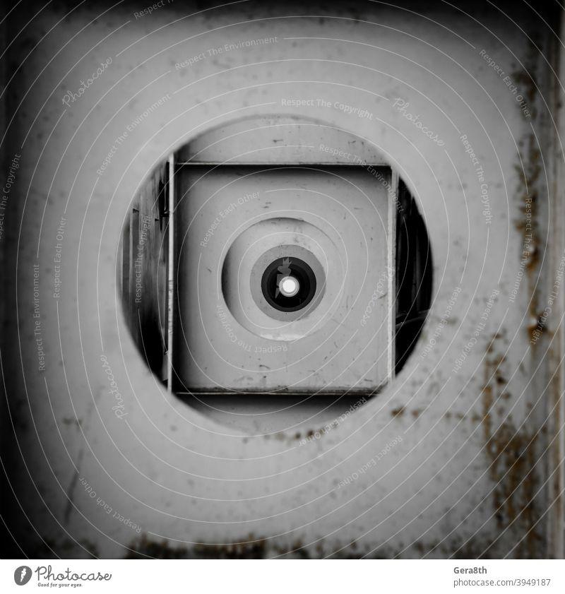 runde Löcher in der Metallkonstruktion in der Perspektive abstrakter Hintergrund Abstraktion Abstraktionsmuster schwarz kreisen Kreise dreckig geometrisch grau