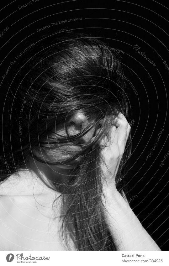 Das verdeckte Gesicht Mensch Jugendliche Hand nackt Junge Frau Erwachsene dunkel 18-30 Jahre feminin Haare & Frisuren hell Arme wild Nase einfach festhalten