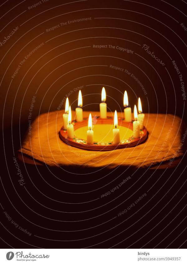 Kerzenkranz in einem dunklen Raum. Brennende Kerzen in einem Kreis , Kerzenschein , kerzen Kerzenlicht Kerzenkreis Feuer Kerzenflamme Licht Stimmung rund
