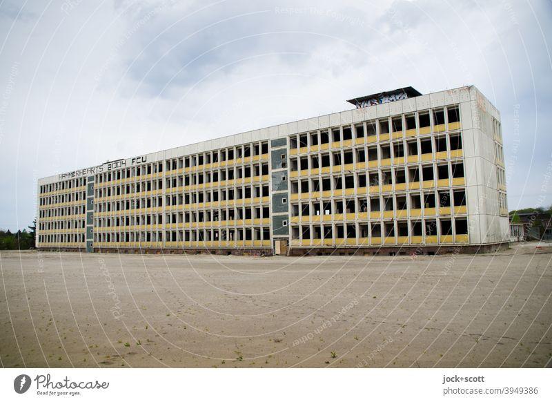 Plattenbau allein auf weiter Flur Architektur Fassade Leerstand DDR Ruine Endzeitstimmung verfallen lost places trostlos trist freistehend Brachland Treptow