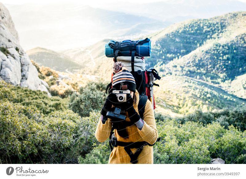 Mädchen Wanderer mit Rucksack nehmen ein Bild. Reisen Lifestyle-Konzept. Expedition Frau Camping Abenteuer Glück Trekking Entdecker im Freien reisen Reisender