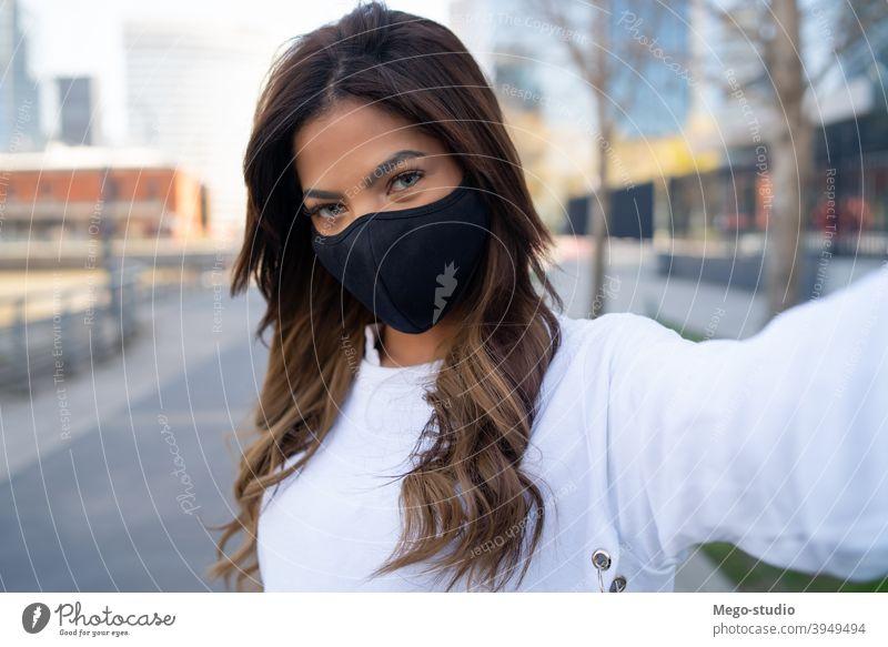 Junge Frau macht Selfies im Freien. jung urban Gesichtsmaske Porträt Lifestyle reisen Straße brünett Urlaub Tourist modern Bild Fotografieren posierend