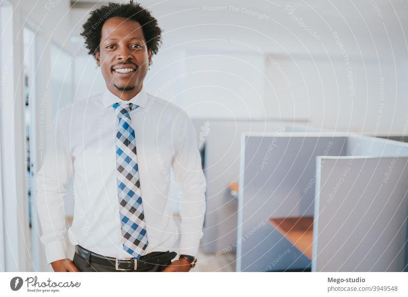 Porträt eines Geschäftsmannes in seinem Büro. professionell im Innenbereich Arbeitsplatz Erfolg Erwachsener Exekutive selbstbewusst Geschäftsleute Arbeiter