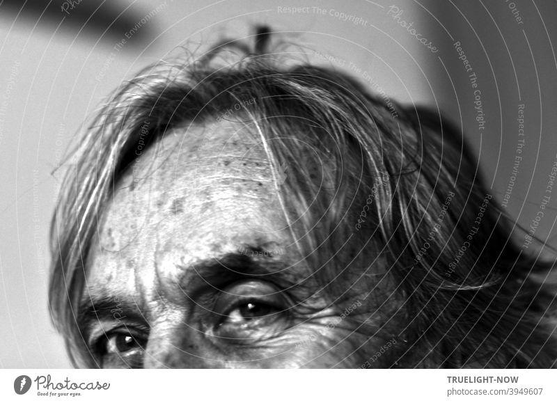 Selfie eines alten Mannes, der in die Kamera blickt, mit fotografischer Mund-Nase-Bedeckung und mit Corona-Frisur, aber die Augen und die Stirn sind gut erkennbar