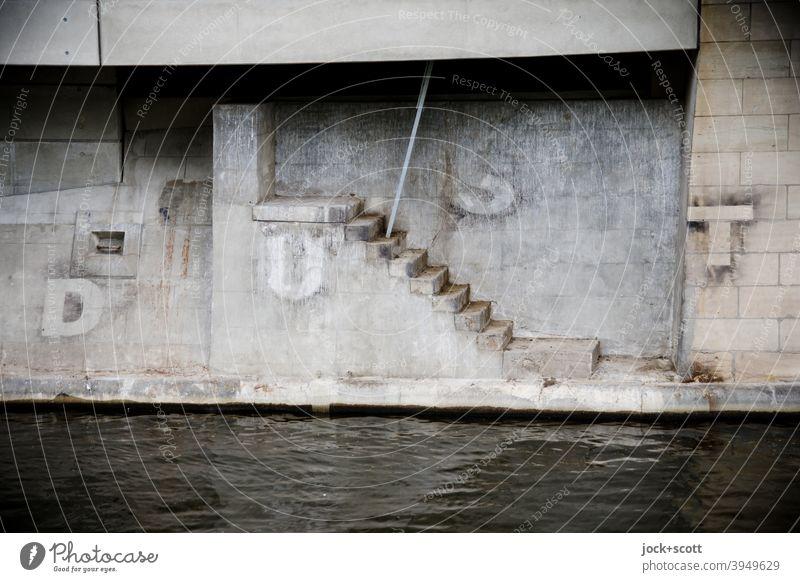 DUST und eine Treppe ins nirgendwo Landwehrkanal Kreuzberg Berlin Architektur Kanal Wasser grau Großbuchstabe Straßenkunst Fundament Bauwerk Eisenstange