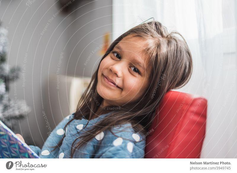 Unscharfe Aufnahme eines glücklichen kleinen Mädchens mit dunklen Haaren. Porträt hispanisch Kind Kindheit niedlich schön wenig Glück jung Fröhlichkeit Lächeln