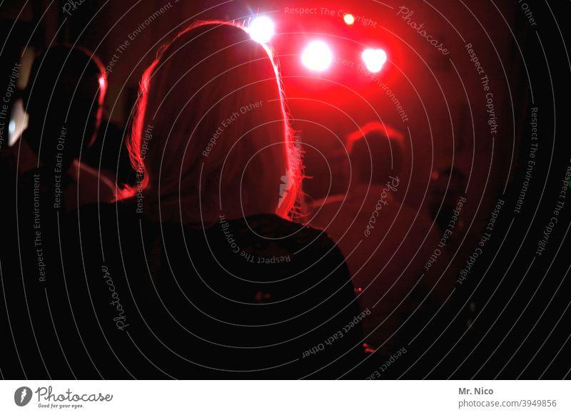 Partystimmung Licht Musik Feste & Feiern Tanzen Scheinwerfer Partygast Club Disco rot Silhouette Freude tanzen Tänzer Wochenende Konzert Show Veranstaltung
