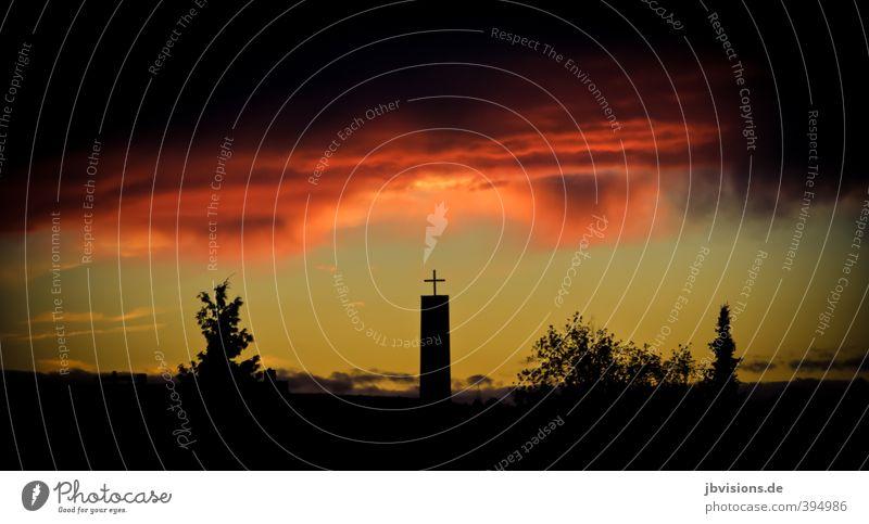 Jüngstes Gericht Himmel Wolken Gefühle Angst Kirche Hoffnung Schutz Glaube Christliches Kreuz Ärger Nachthimmel Reinheit egoistisch Apokalypse schuldig Völlerei