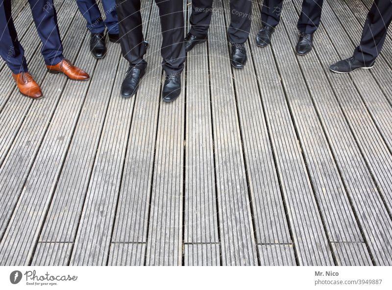 Gruppenfoto mit Schuhen Beine Fuß Hose Bekleidung stehen warten Mode Bodenbelag Holzboden Terrasse Anzugshose schick Hochzeitsgesellschaft Freundschaft