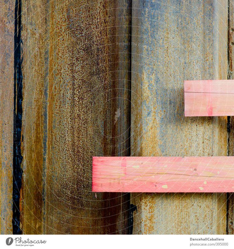 Baumaterial l rosa Brettchen Holz Metall Stahl Rost eckig Material Baustelle Handwerk bauen Treppe Linie alt Erneuerung hart Holzbrett Farbfoto Außenaufnahme